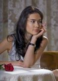 Vrouw in een restaurant stock afbeeldingen