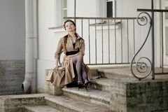 Vrouw in een retro stijl in de stad Stock Fotografie