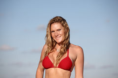 Vrouw in een rode bikini stock afbeeldingen