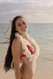 Vrouw in een rode bikini op het strand royalty-vrije stock afbeelding