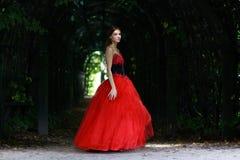 vrouw in een rode gotische kleding Stock Afbeeldingen