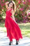 Vrouw in een rode kleding buiten Royalty-vrije Stock Afbeeldingen