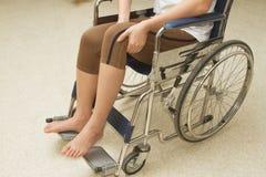 Vrouw in een rolstoel stock afbeeldingen