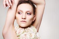 Vrouw in een roze halsband en met huwelijkssamenstelling Stock Afbeeldingen