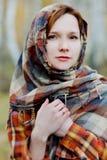 Vrouw in een sjaal Stock Afbeeldingen