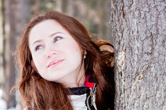 Vrouw in een sportief kostuum dichtbij een boom in-gebied Stock Foto