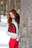 Vrouw in een sportief kostuum dichtbij een boom in-gebied Royalty-vrije Stock Foto's