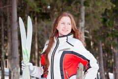 Vrouw in een sportief kostuum met skis in-gebied Stock Fotografie