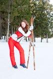 Vrouw in een sportief kostuum met skis in-gebied Royalty-vrije Stock Afbeelding