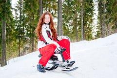 Vrouw in een sportief kostuum op sleeën in-gebied Royalty-vrije Stock Foto's
