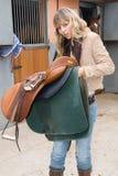 Vrouw in een stal met paarden Stock Foto's