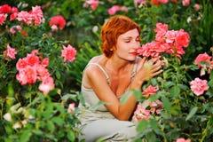 Vrouw in een tuin van rozen Royalty-vrije Stock Foto's