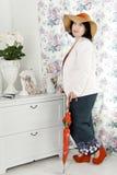 Vrouw in een woonkamer Stock Afbeelding