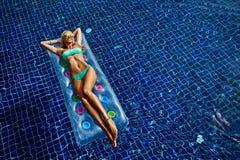 Vrouw in een zwembad Stock Foto