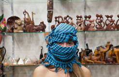 Vrouw in Egyptische herinneringenwinkel Royalty-vrije Stock Afbeeldingen