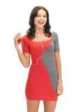 Vrouw in elegante kleding het luisteren muziek Stock Foto