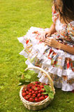 Vrouw en aardbeien Royalty-vrije Stock Foto