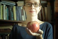 Vrouw en appel Stock Fotografie