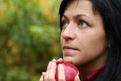 Vrouw en appel in de herfstpark stock afbeelding