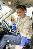 Vrouw en auto Stock Afbeeldingen