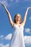 Vrouw en blauwe hemel Royalty-vrije Stock Afbeeldingen