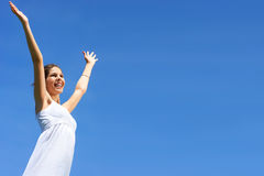 Vrouw en blauwe hemel Stock Fotografie
