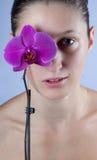 Vrouw en bloem Stock Afbeelding