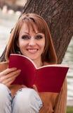 Vrouw en boek Stock Fotografie