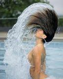 Vrouw en bogen van water in pool Stock Afbeeldingen