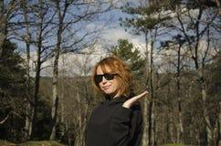 Vrouw en bomen stock fotografie