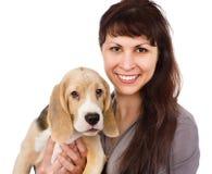 Vrouw en brakpuppy Geïsoleerdj op witte achtergrond Royalty-vrije Stock Foto