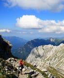 Vrouw en camera in alpen Stock Afbeeldingen