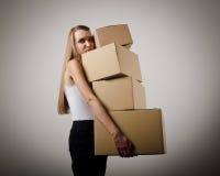 Vrouw en cardboards stock afbeeldingen