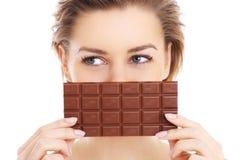 Vrouw en chocolade Stock Afbeeldingen