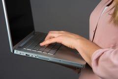 Vrouw en computer Royalty-vrije Stock Foto's
