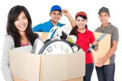 Vrouw en de professionele bewegende dienst stock foto