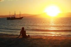 Vrouw en de zon Stock Afbeeldingen