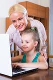 Vrouw en dochter die online babbelen Stock Fotografie