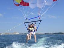 Vrouw en dochter het parasailing Royalty-vrije Stock Foto