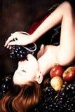 Vrouw en druif Stock Fotografie