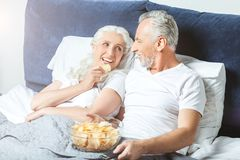 Vrouw en echtgenoot die op TV letten royalty-vrije stock afbeelding