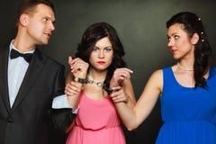 Vrouw en echtgenoot in handcuffs vrouw erachter status Royalty-vrije Stock Foto