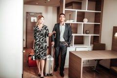 Vrouw en echtgenoot opgewekt gevoel het ingaan van hun hotelruimte stock foto