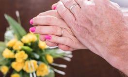 Vrouw en echtgenootholdingshanden Royalty-vrije Stock Afbeeldingen
