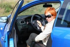 Vrouw en een auto stock fotografie