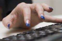 Vrouw en een computer. stock afbeeldingen