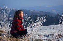 Vrouw en een de winterlandschap Royalty-vrije Stock Fotografie