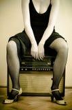 Vrouw en een oude radio Royalty-vrije Stock Foto's