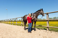 Vrouw en een paard Royalty-vrije Stock Foto's