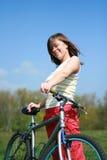 Vrouw en fiets Stock Foto's